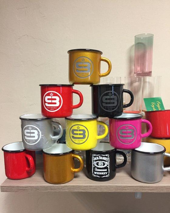 Hydrolack Farbspritzung verschiedene Farben mit Logdruck oder Logogravur