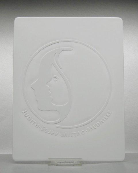 Positivgravur per Sandstrahlgravur auf Porzellanplatte als Medaille