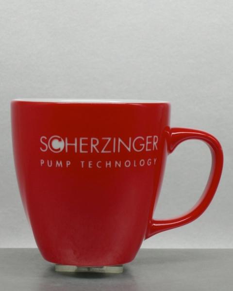 rot glasierte Tasse mit Logogravur und Farbspritzung