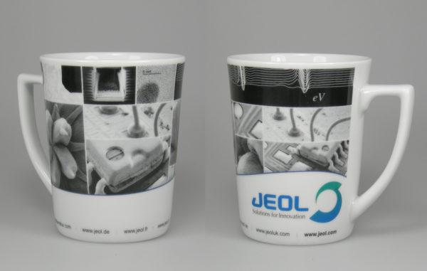 Graustufenmotiv mit CI-Sonderfarben auf Kaffeebecher