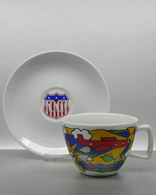 keramisches Echtfarbenmoitiv auf Kaffeetasse mit Unterteller