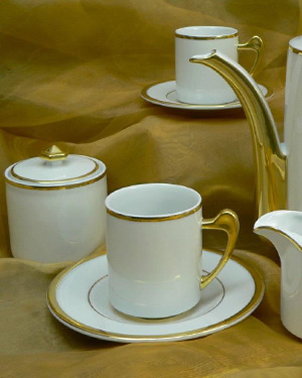 Edelmetall Gold per Handmalarbeit auf Porzellan
