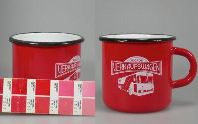 Farbspritzung Hydrolack Rot PMS 185C auf Emaillebecher