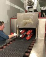 Produktion Tunnelbrennofen Ausgang Emaillebecher