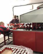 Produktion Tunnelbrennofen Bestueckung mit Emaillebecher