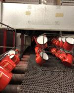 Produktion Tunnelbrennofen Einlass Emaillebecher